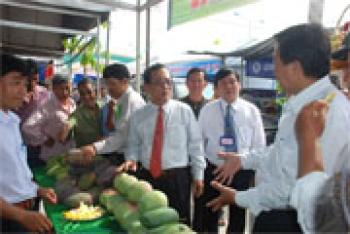 Khai mạc hội chợ trái cây và hàng nông sản tỉnh lần thứ nhất