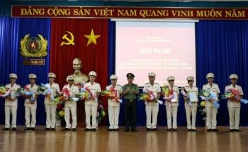 Phó Giám đốc Công an tỉnh Huỳnh Văn Sách trao Quyết định điều động, bổ nhiệm 11 đồng chí giữ chức vụ phó, trưởng phòng. Ảnh: http://conganbinhphuoc.gov.vn