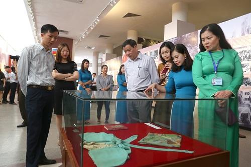 Đông đảo người dân tham quan các hiện vật được trưng bày tại triển lãm. Ảnh: VnExpress