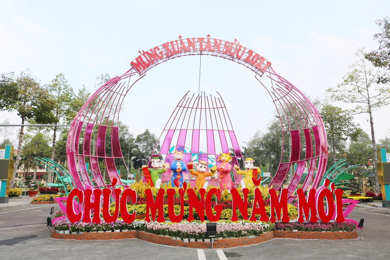 """Đường hoa xuân Tân Sửu năm 2021 có chủ đề """"Đồng Xoài - Thành phố trẻ khát vọng và thịnh vượng"""""""
