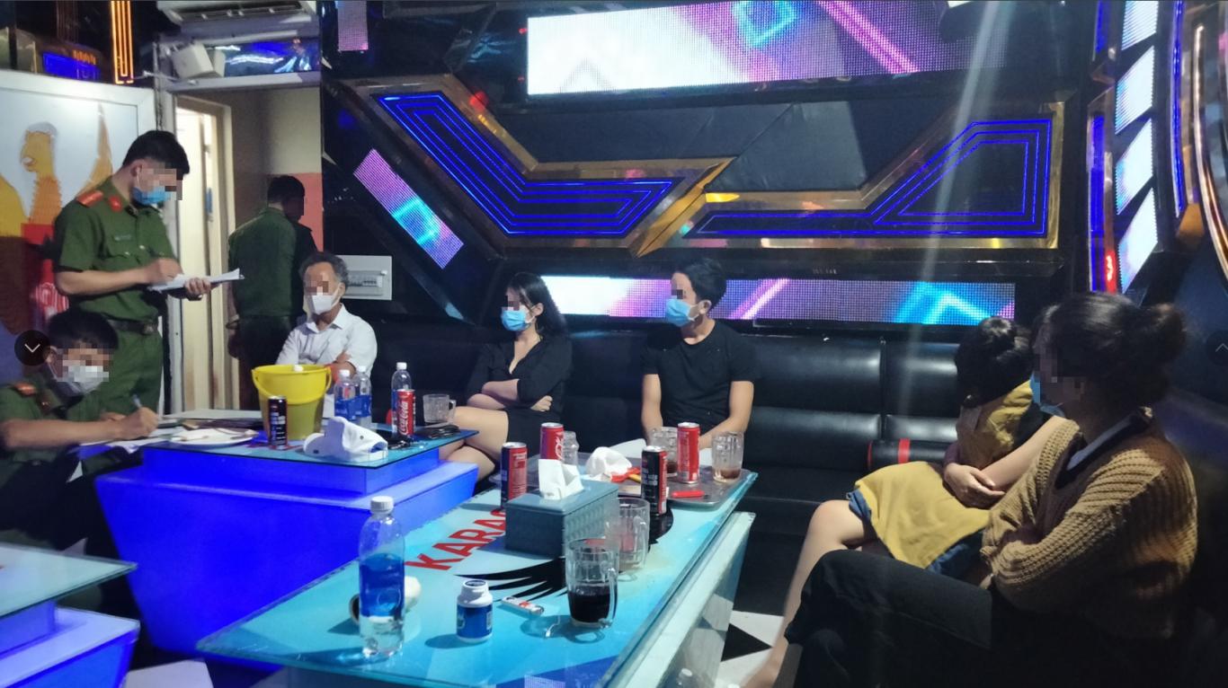 Thu hồi giấy phép kinh doanh karaoke của một cơ sở không thực hiện nghiêm phòng chống dịch